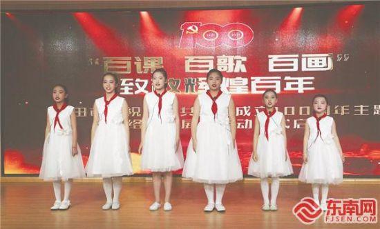 学生演唱《唱支山歌给党听》。