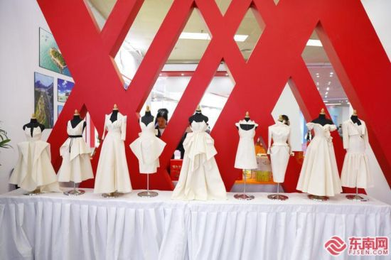 18日,在海博会成衣展区,服装企业展出精美的礼服。 福建日报记者 何金 摄