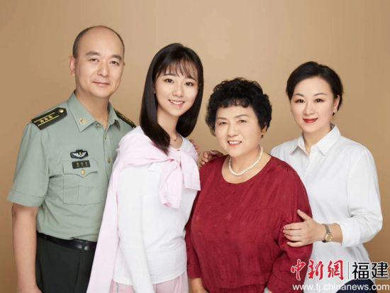 军嫂、新福州人陈晓燕(右一)与家人。