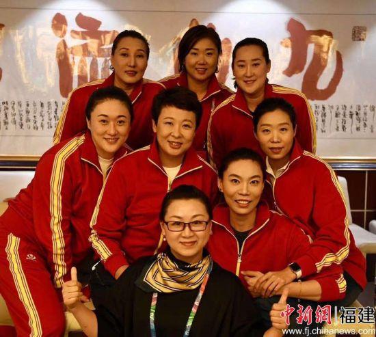 陈晓燕(前黑衣者)与女排姑娘。