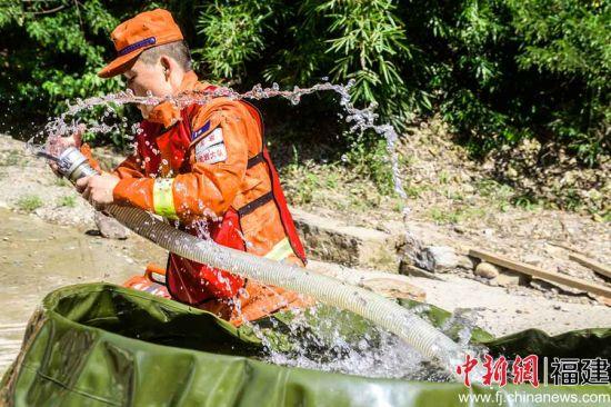 参赛队员在用消防水带抽水。李南轩 摄