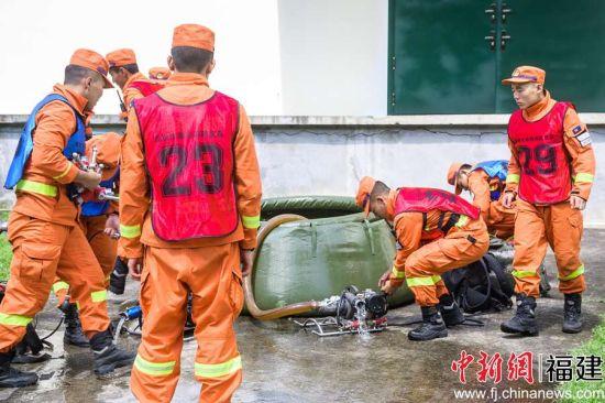 队员赛前测试水泵。李南轩 摄