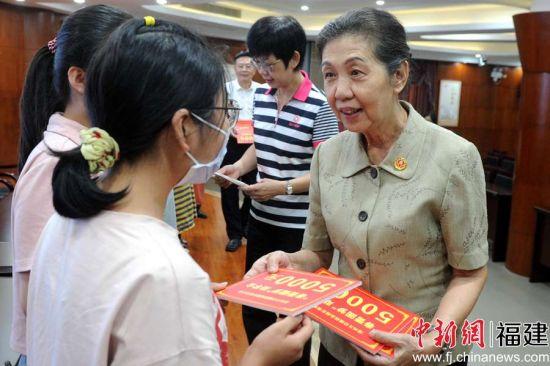 漳州市慈善总会会长游婉玲(右)等领导为女大学生代表发放助学金。张金川 摄