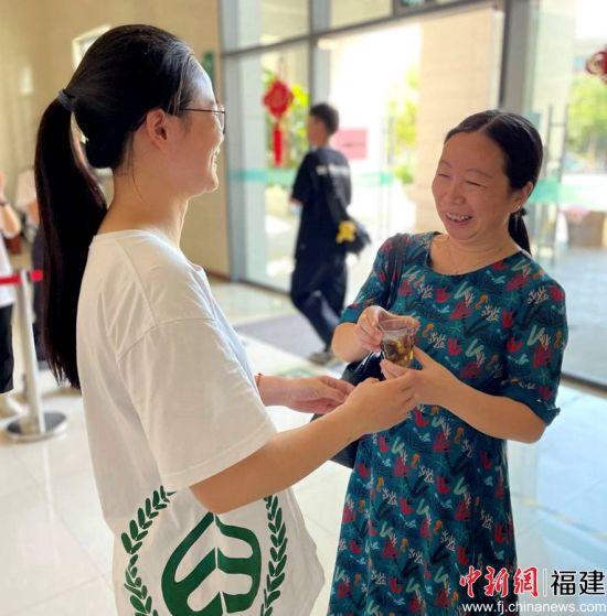 厦大学生向老师敬献自制叶拓贺卡。