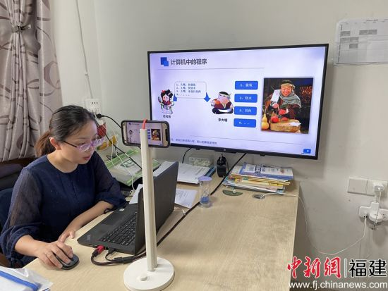 图为:闽南科技学院计算机信息学院教师彭青梅在线上教学中增加课堂趣味性和师生互动性。骆惠勇 摄
