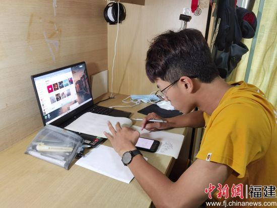图为:闽南科技学院学生在宿舍进行线上学习。骆惠勇 摄