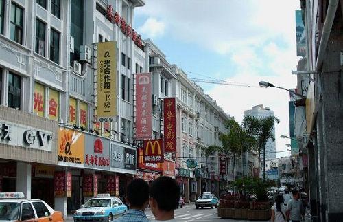 时间的洗练让中山路比新兴的商业街区多了份厚重与沉稳,也因此在市民