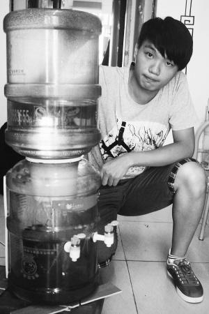 """福建新闻网·两水桶""""吻""""出一台饮水机"""