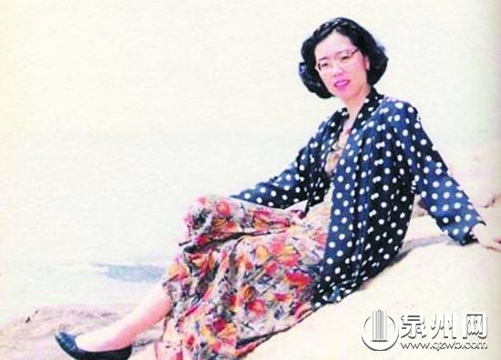 舒婷的诗歌早已被译成多国文字广为传播,她细腻、朦胧的风格,成为世界文坛的一股清风。   诗中橡树 舒婷   人物简介:   舒婷,原名龚佩瑜,我国当代杰出的女诗人、散文家。祖籍福建泉州鲤城区,1952年生于漳州石码镇,生活在厦门。舒婷崛起于20世纪70年代末的中国诗坛,她和同代人北岛、顾城、江河、梁小斌等以迥异于前人的诗风,在中国诗坛上掀起了一股朦胧诗大潮。舒婷是朦胧诗派的代表人物,她的《致橡树》是朦胧诗潮的代表作之一。   重要成就:   1977年3月,舒婷创作了现代诗《致橡树》,这首诗展现