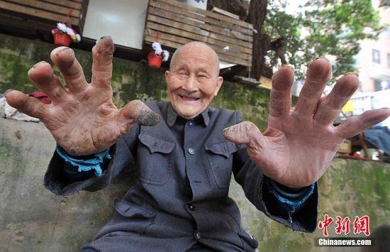 95岁老人摆摊修鞋80载 手艺融入生活
