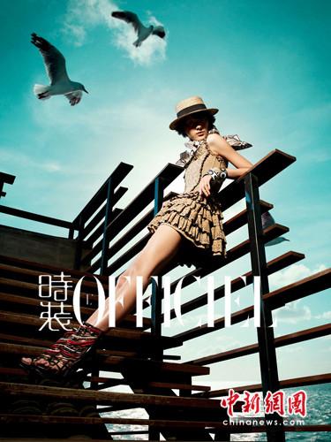 福建新闻网・美艳模特泳装海边秀玲珑身材