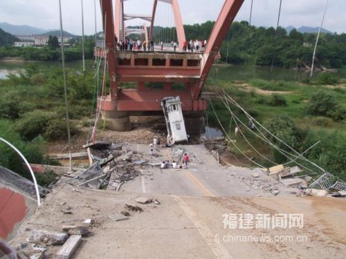 南平武夷山公馆大桥垮塌 一旅游巴士坠桥