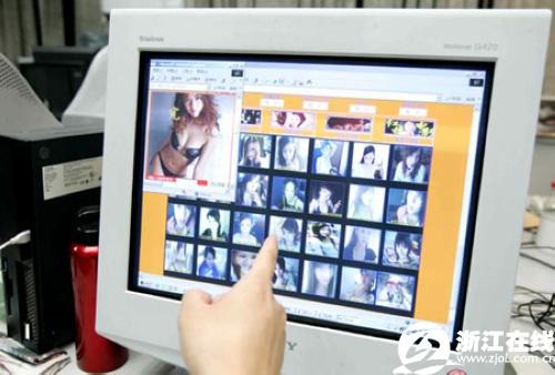 福建新闻网宅男想看美女性感广场视频星月舞性感网络v美女被骗图片