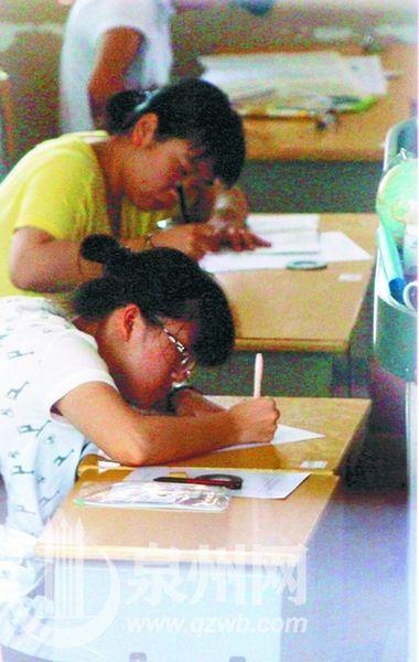 不正确的写字姿势是导致近视的因素之一( /摄) -眼保健操 残害 青少