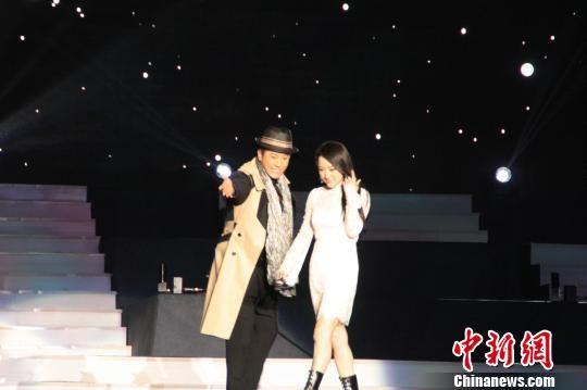 毛宁介绍 杨钰莹 上台演唱