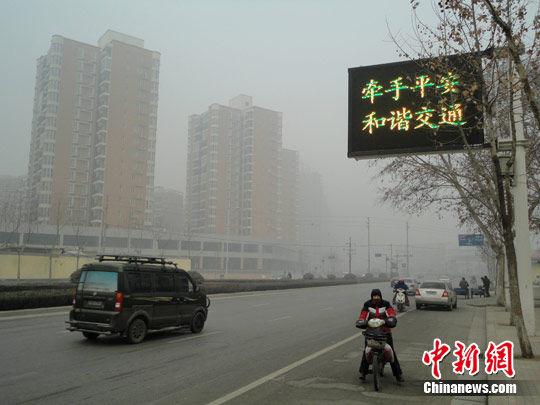 河北省秦皇岛市百艘船舶因雾受阻,河南省郑州市能见度不足200米,致