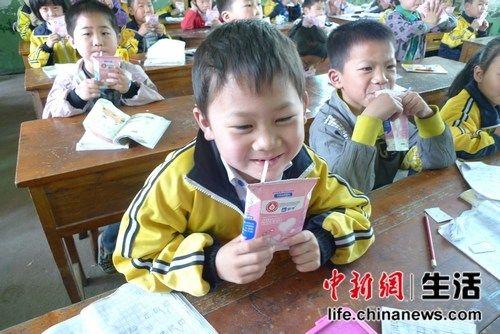 福建新闻网喝牛奶有门道学生奶在课间饮用小学生墙绘图片