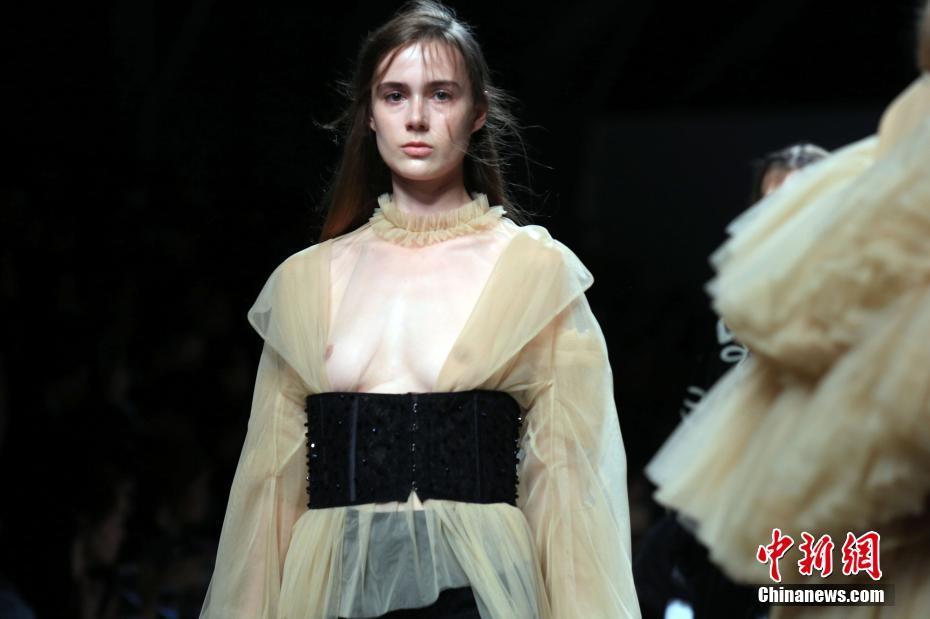 上海少女周演绎情怀T台秀举行模特一代(2)情趣用品的时装发件吗图片