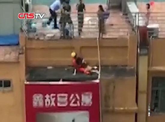 """厦门""""90后""""消防员楼顶飞扑救下跳楼女"""