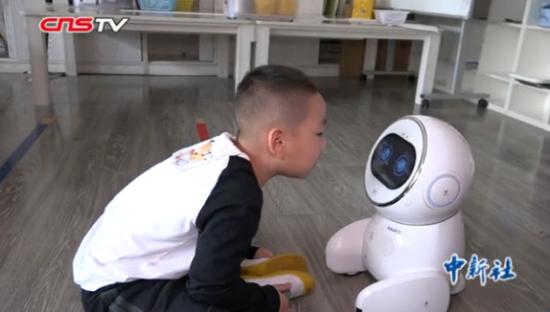 """""""呆萌""""机器人进入幼教领域 背诗跳舞样样精通"""
