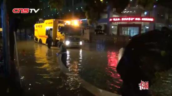福州:大暴雨袭击后城市看海 龙吸水助力排水