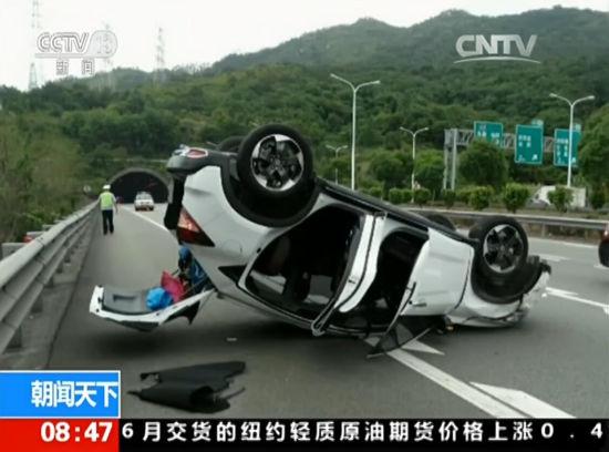 福建:高速上突然掉头 后车被撞底朝天