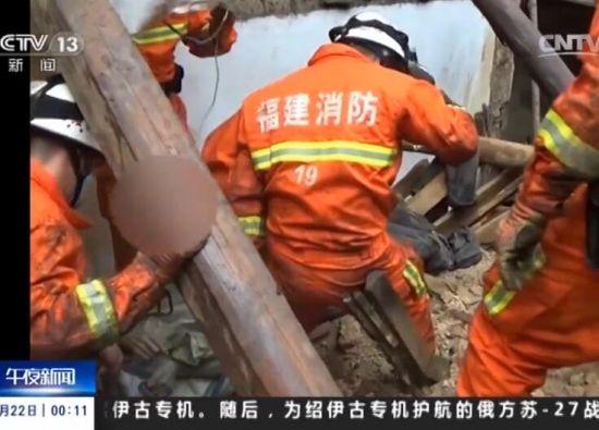 龙岩:雨毁房屋老人被埋 消防紧急救援
