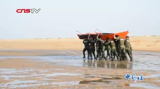 福建武警海上极限大练兵 应对台风及洪灾