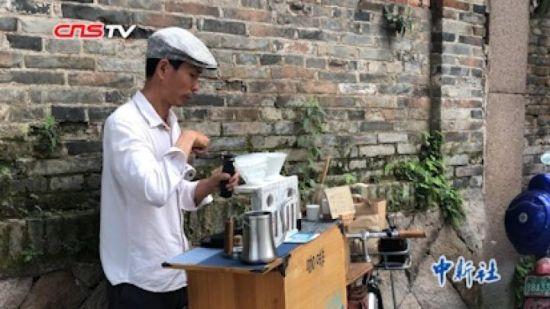 """小巷里的单车""""咖啡屋"""" :一辆单车 一个青年 一种情怀"""
