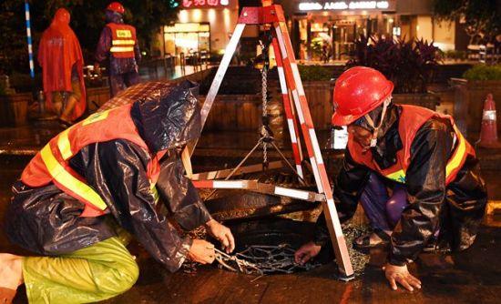 昨夜强降雨突袭福州 城区个别积水路段快速排水
