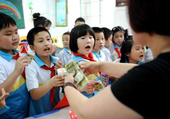 """""""六一""""福州爱心义卖捐助山区贫困学生"""