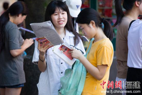 高清:直击福建18万学子奔赴高考考场