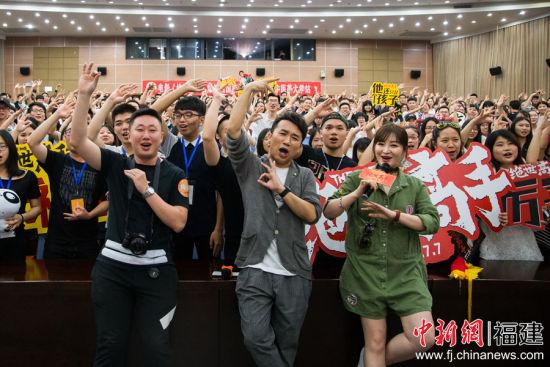卢正雨携电影《绝世高手》福州路演 现场送粉丝项链