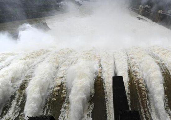 福建强降雨持续来袭 水口水电站开闸泄洪