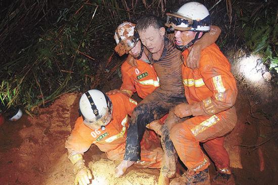 龙岩市暴雨成灾 消防官兵救出28名被困人员