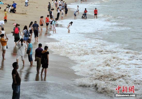 台风过后厦门民众海边戏浪