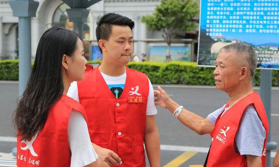 """年近七旬志愿者迎""""金砖"""" 忙活一个月学外语还学国际礼仪"""