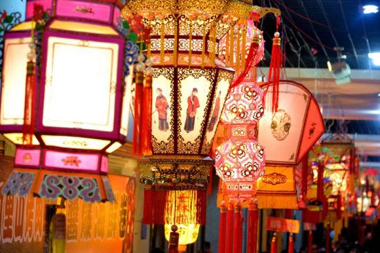 泉州:刺桐古城灯会俏 万人空巷闹元宵